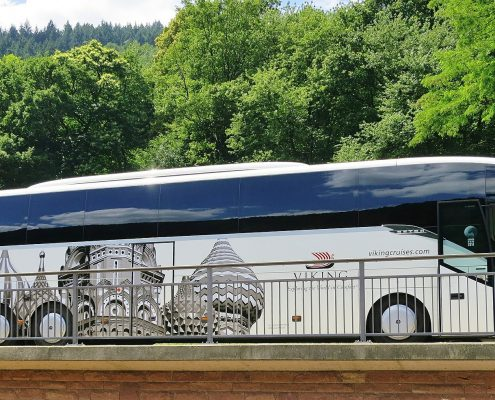 Foto von: wonach - https://pixabay.com/de/reisebus-omnibus-bus-reisen-urlaub-384718/